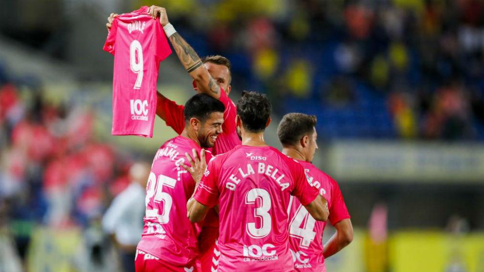 Pekhart celebra el primer gol de Las Palmas con una camiseta del lesionado Drolé