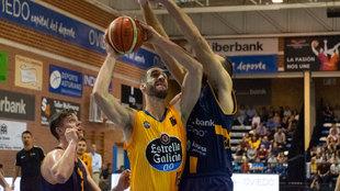 Darko Balaban intenta anotar ante un rival
