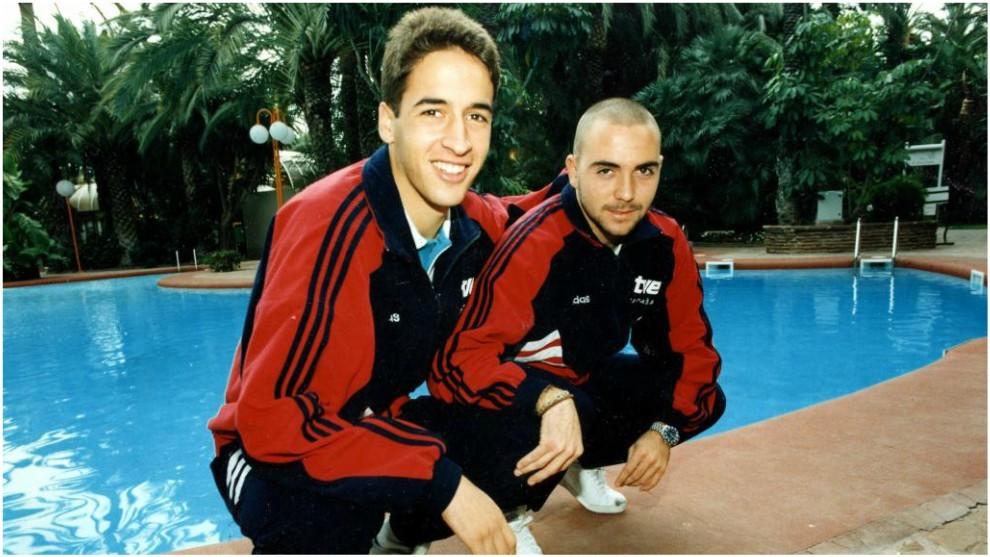 Raúl y De la Peña posan durante la concentración de la selección...