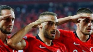 Los jugadores turcos hacen el saludo militar.