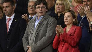 Los políticos Carles Puigdemont y  Carme Forcadell, junto a Delfí...