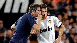 Celades da instrucciones a Manu Vallejo, al que hizo debutar.