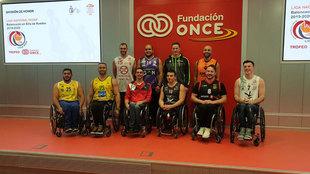 Jugadores de los 10 equipos posan al final de la presentación.