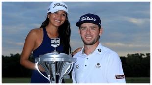 Lanto Griffin posa con su novia y el trofeo del Open de Houston