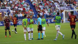 Figueroa Vázquez conversa con jugadores de la Ponfe durante el...