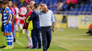 Luis César Sampedro, con gesto de preocupación en la banda del Gran...