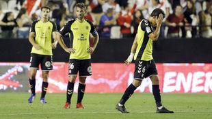 Álex Muñoz, Aitor y Milla se lamentan tras caer en Vallecas.