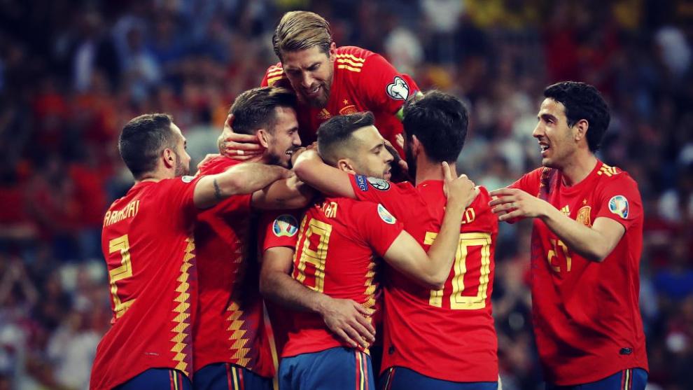 Los jugadores de la Selección de fútbol de España celebran uno de...