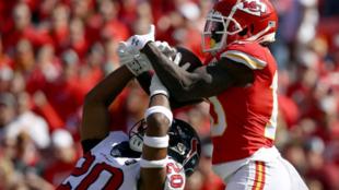 Tyreek Hill de los Kansas City Chiefs logra una recepción de 46...