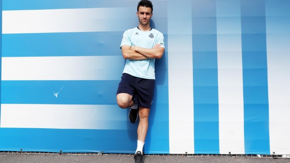 Corchia posa para MARCA, en la Ciudad Deportiva del Espanyol.