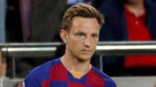 Rakitic, a punto de entrar en un partido del Barcelona.
