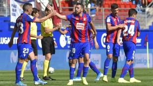 Edu Expósito celebra un gol con Arbilla.