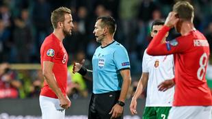 Kane habla con el árbitro durante uno de los parones por los...