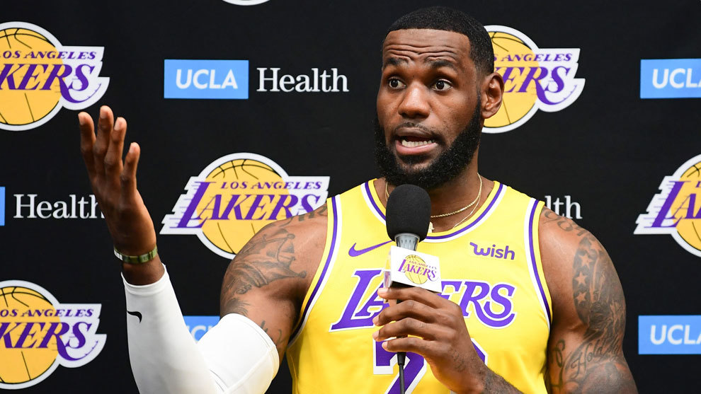 LeBron James en plena rueda de prensa