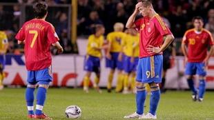 Villa y Torres esperan a sacar de centro tras uno de los goles de...