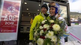 Stenmark ofreció un ramo de flores a Vonn en el descenso de su...
