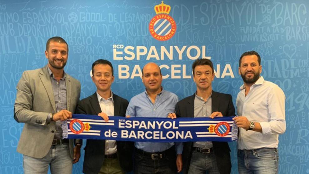 Los representantes del Espanyol, tras la firma del acuerdo.