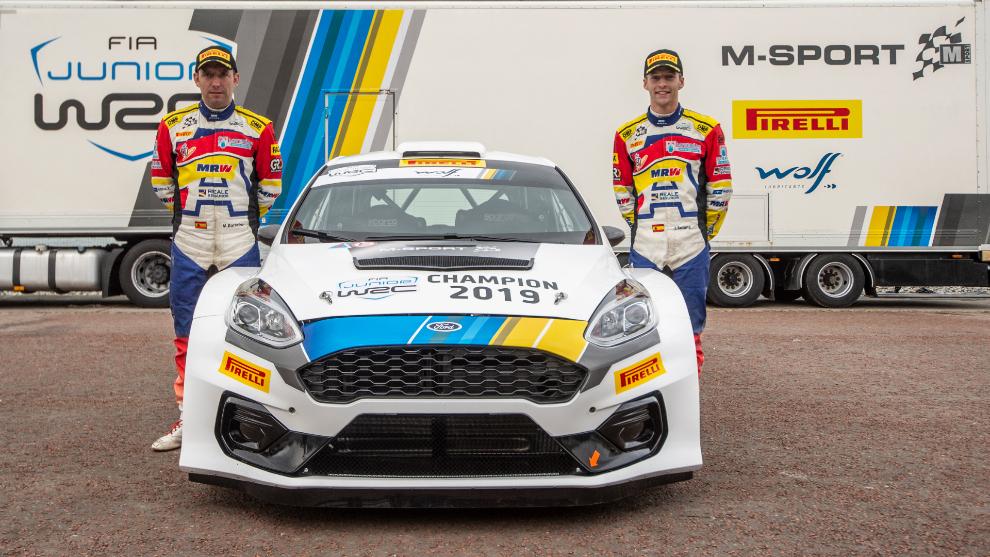 El joven español (21) y su copiloto, Mauro Barreiro, junto a una...