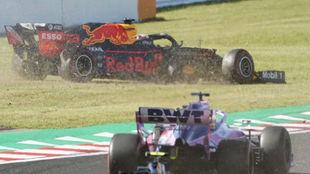 Verstappen, fuera de pista, tras ser embestido por Leclerc en Japón.