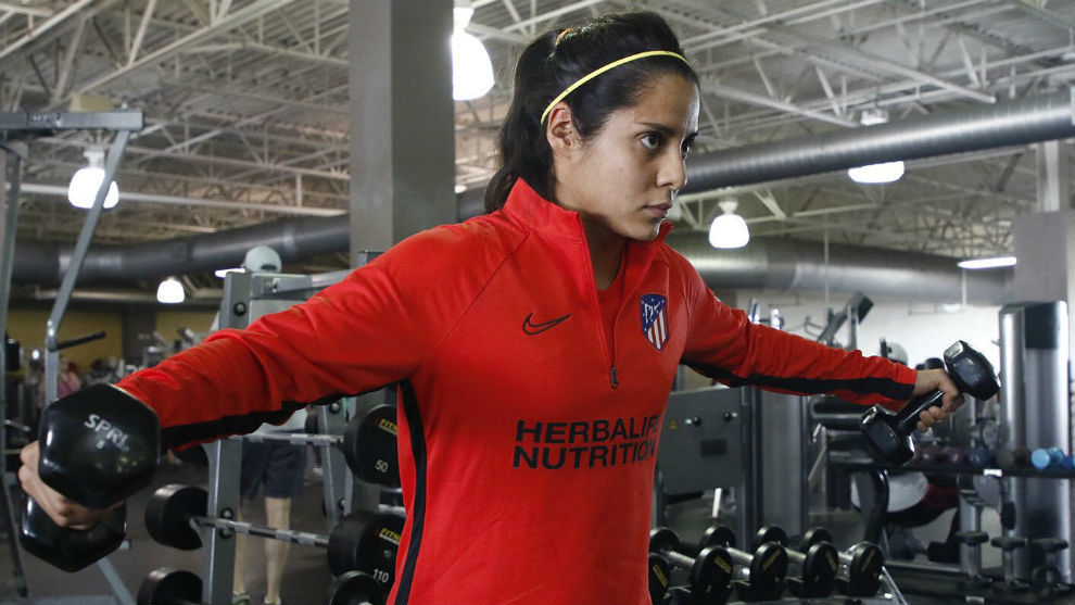 Kenti Robles realiza trabajo en el gimnasio durante un entrenamiento.