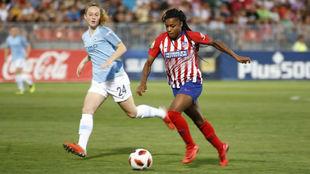 Ludmila da Silva controla un balón ante una jugadora del Manchester...