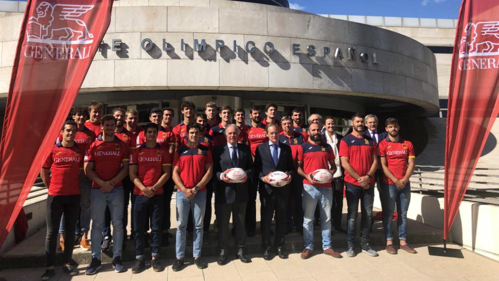 La selección española y la Academia posan en la puerta del COE
