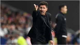 Simeone dando órdenes a los suyos durante un partido de Liga