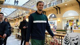 Medvedev pasea por el centro comercial Gum de Moscú