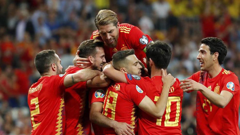 Los jugadores de la selección española celebran un gol