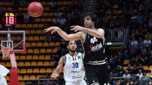 Milos Teodosic repartiendo una de sus ocho asistencias