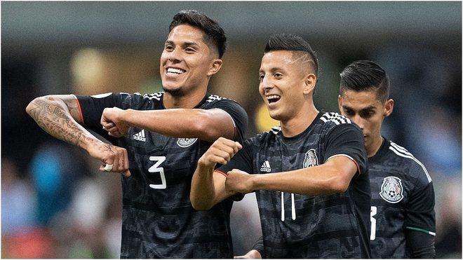 Álvarez y Salcedo festejando el gol
