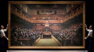 El cuadro de Banksy con chimpancés en el Parlamento británico,...