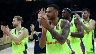 Los jugadores del Barcelona saludan al público tras un partido de...