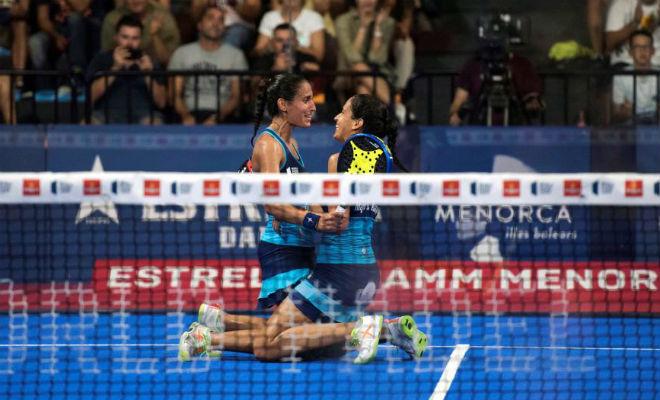 Mapi y Majo Sánchez Alayeto se abrazan tras ganar un partido en...