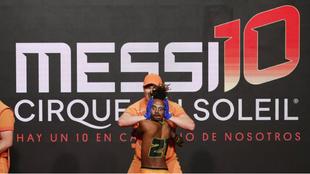 El contorsionista etíope Mearg Kidu Gebreslase gira la cabeza 180...