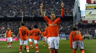 Joaquín celebra con la grada visitante uno de los goles en el...