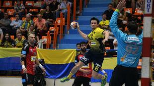 El extremo izquierdo del Bidasoa Crowley lanza ante el Huesca /