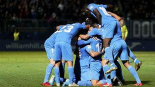 Los jugadores del Fuenlabrada se abrazan tras el gol inicial de Hugo...