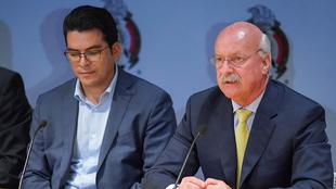 Alvaro Ortíz, al lado de Enrique Bonilla, presidente de la Liga MX.