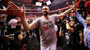Marc Gasol se saluda con la afición de los Raptors