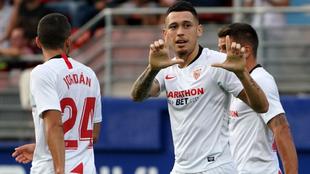 Ocampos celebra uno de sus goles con el Sevilla.