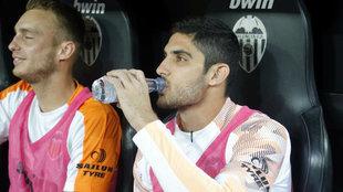 Guedes bebe agua en el banquillo de Mestalla.