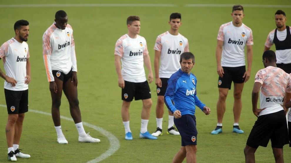 Celades, rodeado de jugadores durante un entrenamiento en Paterna.