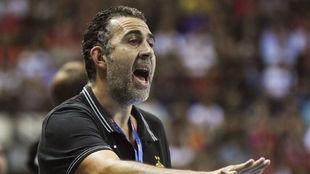 David Pisonero dando instrucciones en un partido de la Copa EHF.
