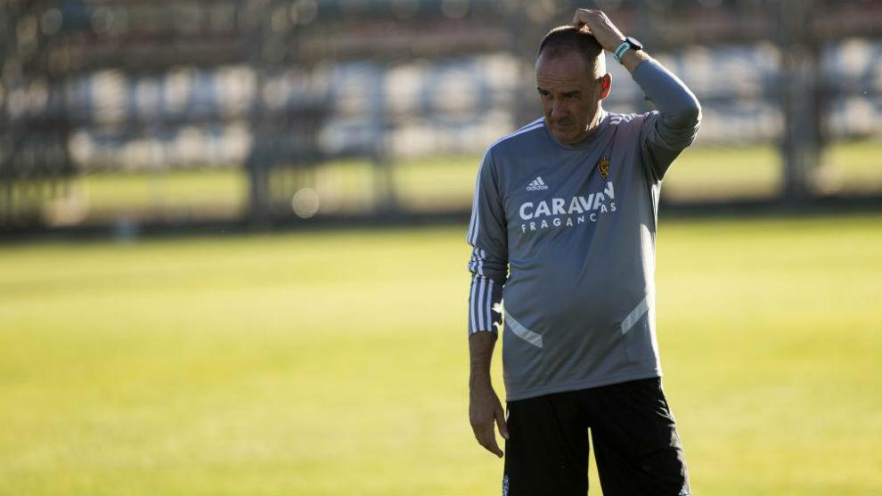 Víctor Fernández, pensativo en un entrenamiento.