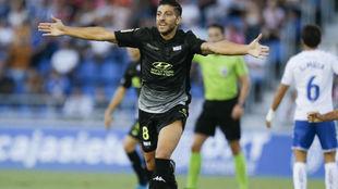 Zarfino celebra un gol en el Heliodoro.