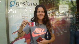 Carol Marín mostrando el carnet de abonada al EDF Logroño.