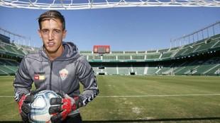Edgar Badía posa para MARCA debajo de la portería con un  balón...