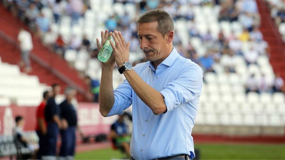 Ramis, con cara de preocupación, aplaude al público del Belmonte.