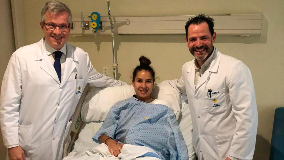 Estela Carrera, junto a los doctores Manuel Leyes y César Flores en...